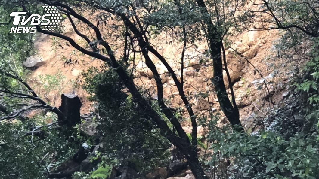 台北市陽金公路(台2甲線)發生土石坍方。(圖/中央社) 陽金公路土石坍方雙向道路遭掩埋 交通阻斷急封閉