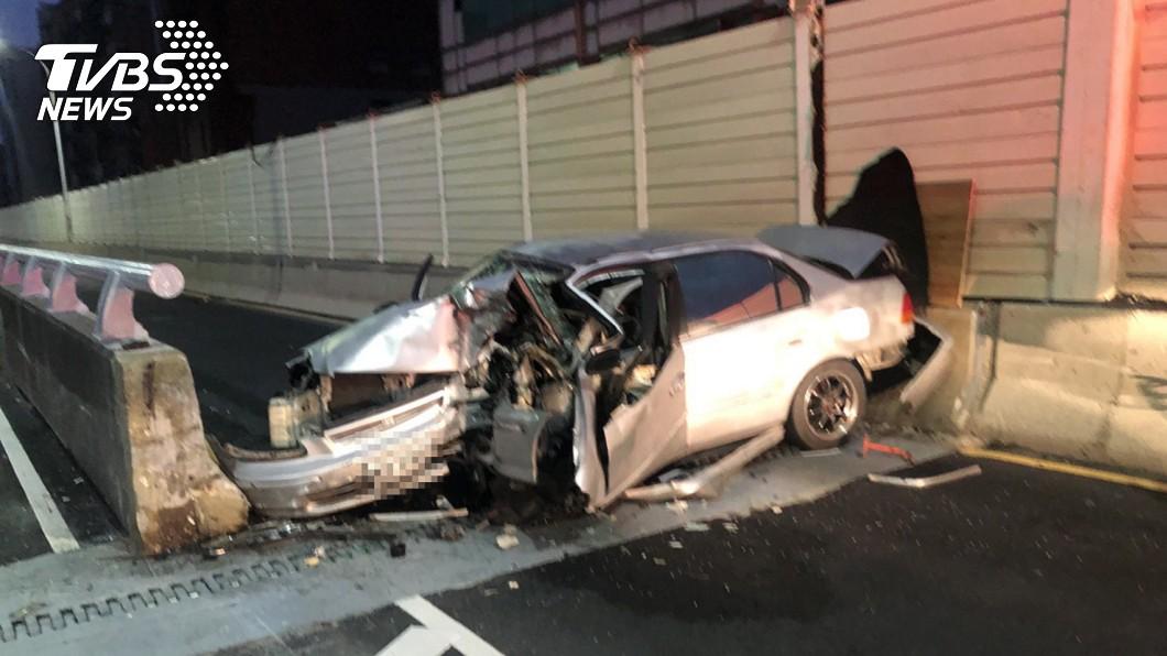 新竹市發生自撞死亡車禍。(圖/TVBS) 新竹客車「自撞匝道」車身凹爛變形 男駕駛重傷慘死