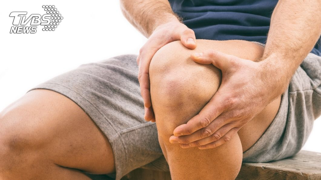 男子痛風導致膝蓋無法自由伸縮。(示意圖/shutterstock達志影像) 陸男痛風動手術 膝蓋狂噴「白色牙膏」超噁畫面網驚呆