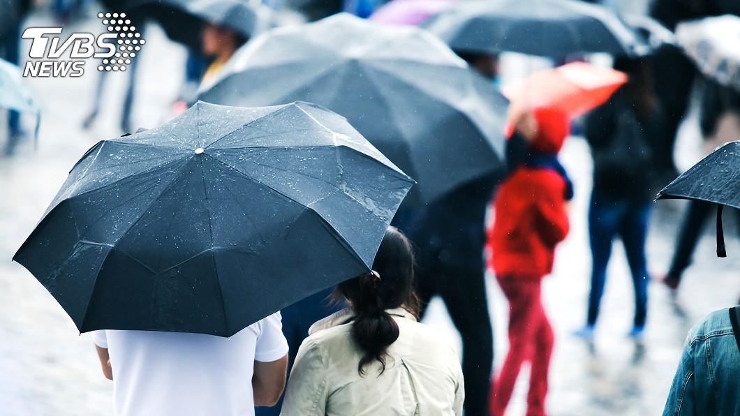 連假期間東北季風增強,北部、東北部降溫轉有雨天氣。(示意圖/shutterstock 達志影像) 「倒春寒」228連假變天轉雨 下波冷空氣時間曝