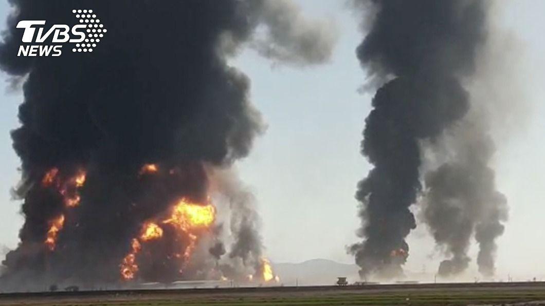 阿富汗300多輛載有價值數百萬美元燃料的油罐車爆炸。(圖/達志影像路透社) 逾3百輛油罐車爆炸黑煙狂竄 阿富汗邊城宛如煉獄