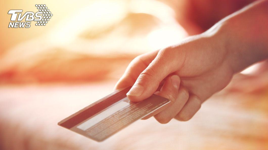 男子偷塞20萬元的信用卡給前妻。(示意圖/shutterstock 達志影像) 昔鬧翻離婚!超市見前妻憔悴樣 富家男偷塞20萬信用卡