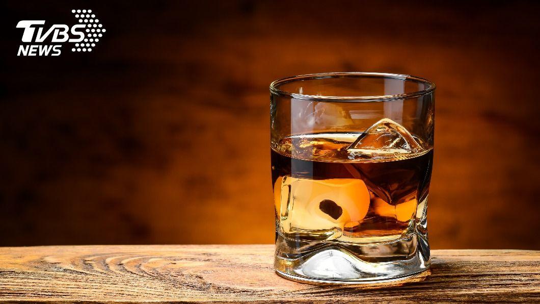 男子將新冠患者的口水偷加在老闆酒裡。(示意圖/shutterstock 達志影像) 盜用公款還惱羞!洋男買「新冠確診口水」加料老闆酒