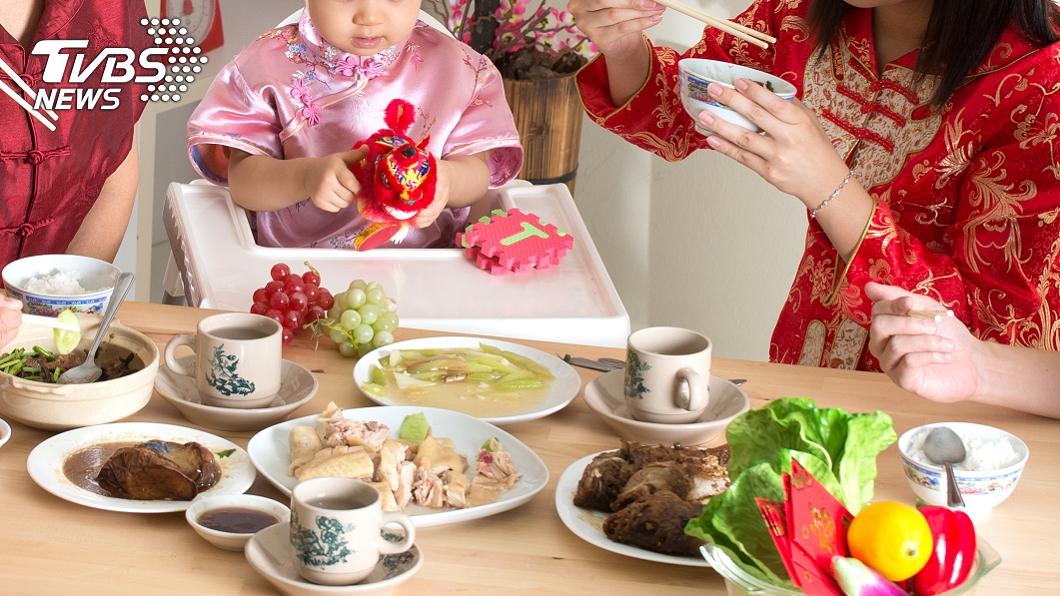 每逢春節和親友齊聚吃大餐。(示意圖/shutterstock達志影像) 過年爽吃又怕胖?醫揭妙招:先吃「關鍵食物」