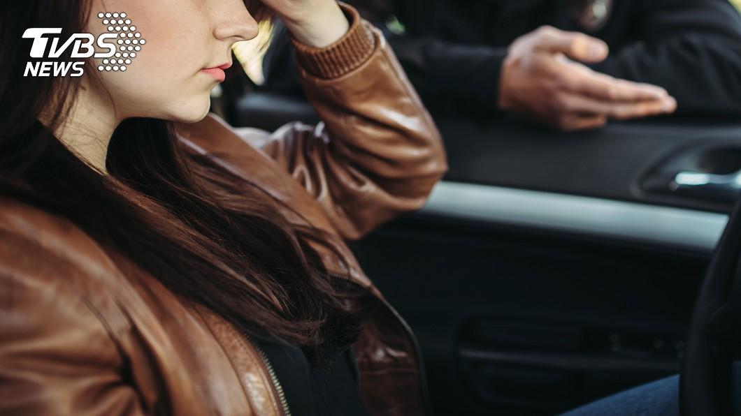 (示意圖,與當事人無關/shutterstock達志影像) 馬國女沒穿內衣遇臨檢 警要求「掀開檢查」否則就開單
