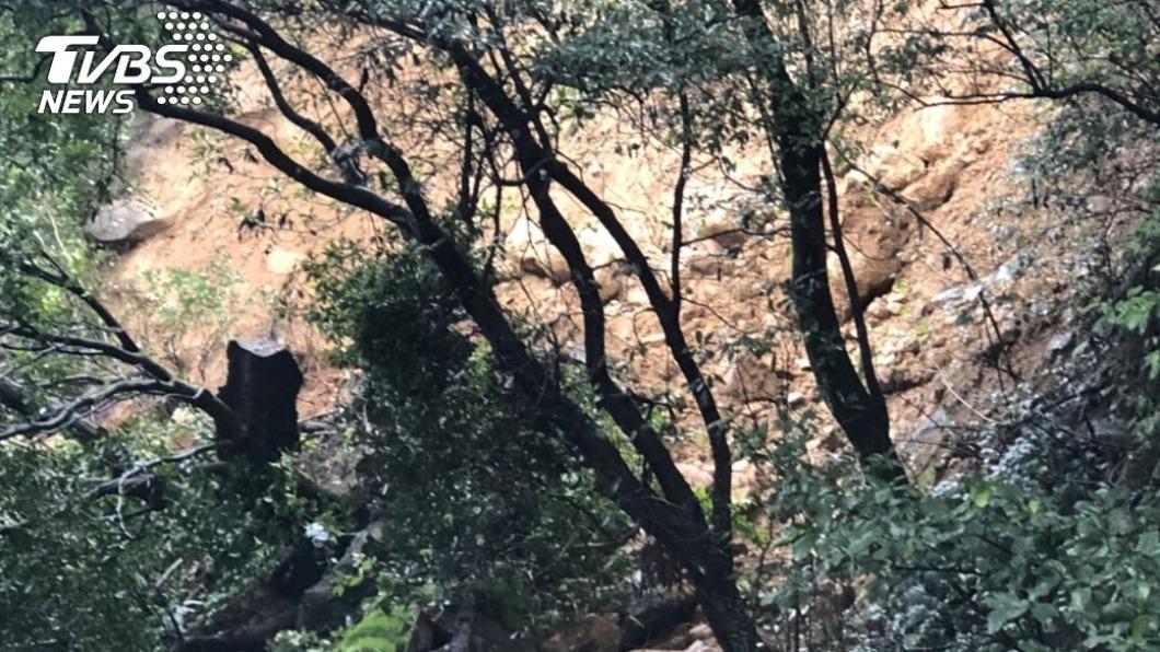 台北市陽金公路(台2甲線)發生土石坍方。(圖/中央社) 陽金公路土石坍方 拚初四下午5時恢復雙線通行