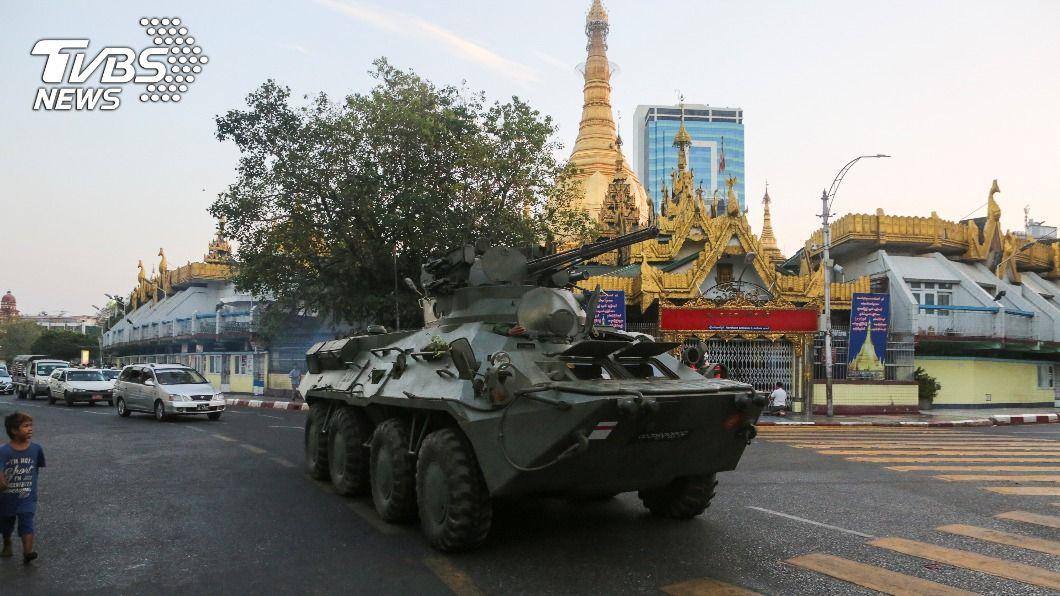緬甸軍方派裝甲車鎮壓示威。(圖/達志影像路透社) 緬甸軍方部署裝甲車鎮壓示威  翁山蘇姬押至17日