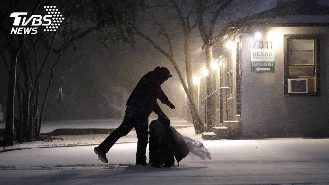 德州遭遇冰風暴襲擊。(圖/達志影像美聯社) 凍到轉不動! 德州風力發電設施「渦輪結冰」停擺