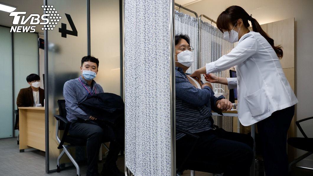 韓國採購Novavax及輝瑞疫苗供2300萬人接種。(圖/達志影像路透社) 韓國達成協議 加購新冠疫苗可供逾2千萬人接種