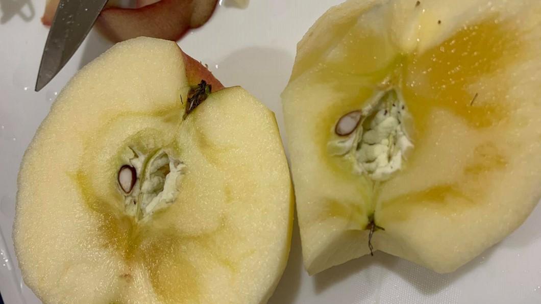 蘋果長出深黃色的紋路,網友們表示「這種才好吃!」(圖/翻攝自爆廢公社二館) 蘋果長出「暗黃紋路」能吃嗎?網喊不識貨:極品啊