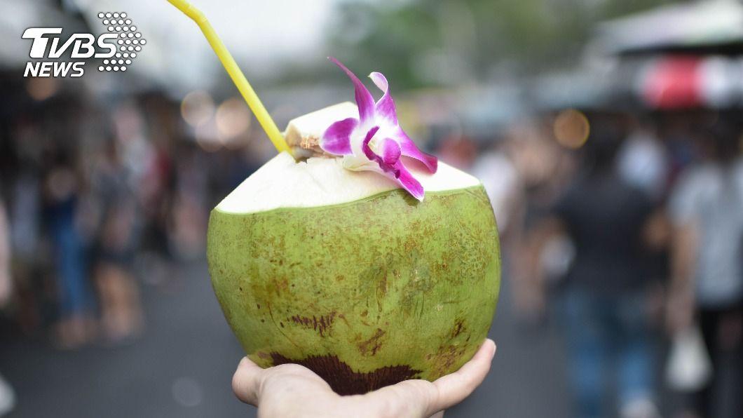 64歲泰男沉迷飲用椰子水重振雄風,讓妻子崩潰求助警方。(示意圖/Shutterstock達志影像) 喝椰子水1天纏綿7次 64歲泰男「每天要」妻崩潰報警