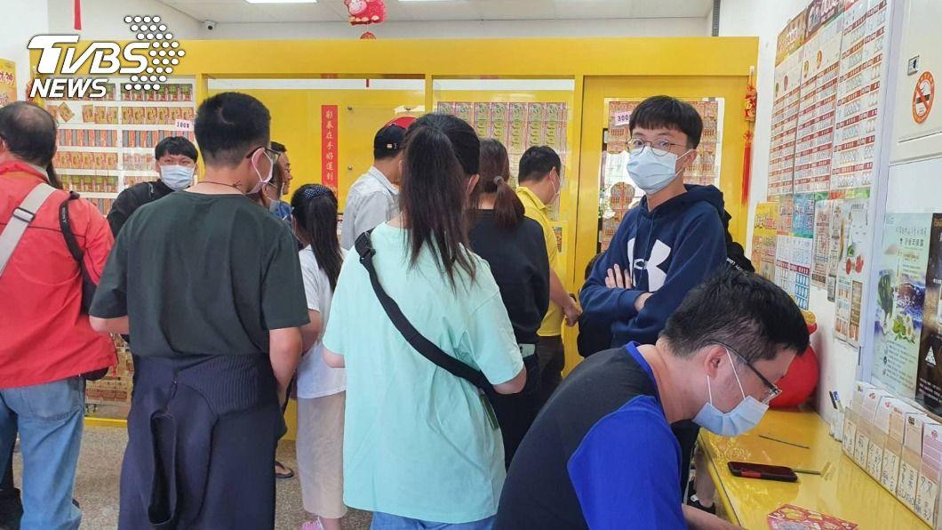 (圖/中央社) 20歲男抱「刮好玩」心情 竟意外中100萬元