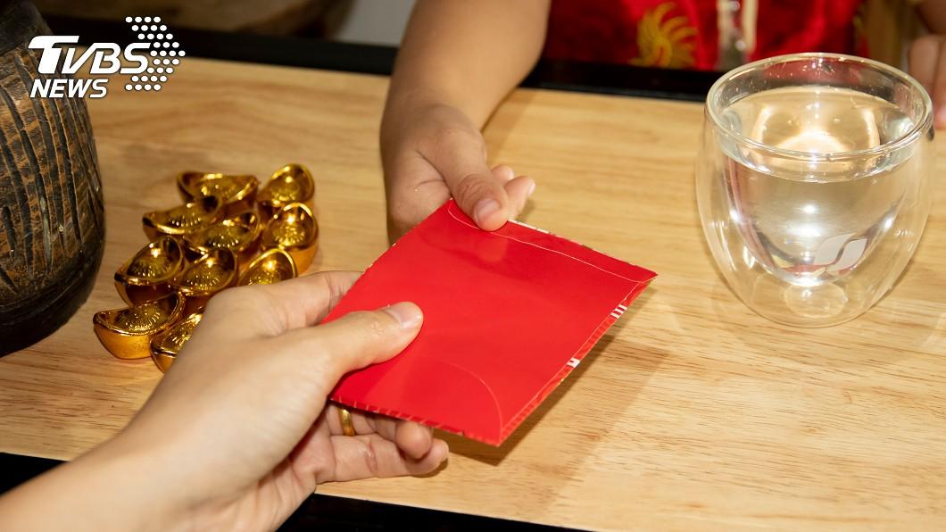 兒子過年只收到1包紅包,讓單親媽媽感到非常自責。(示意圖/shutterstock達志影像) 兒過年只有1包紅包 單親媽自責沒人脈:沒爸只能認命