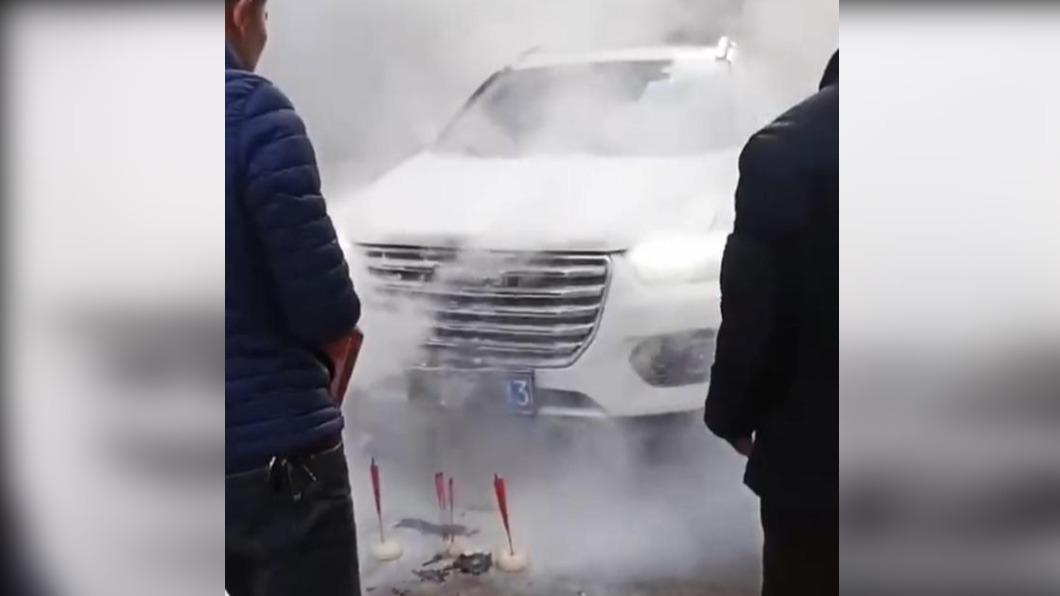 男子為新車舉辦祈福儀式竟意外起火。(圖/翻攝自網易新聞) 牽新車設壇焚香祈福 下秒「車頭狂燒」悲劇了