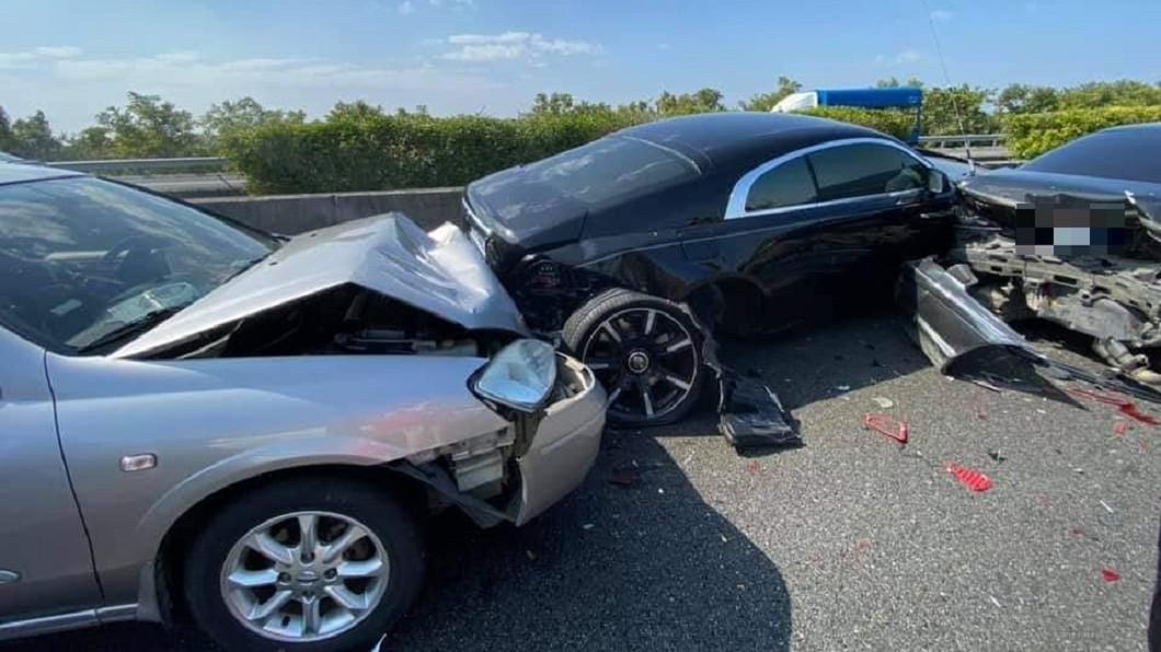 勞斯萊斯被夾在一堆事故車當中。(圖/翻攝自「爆廢公社公開版」) 賣腎賠不完!國道8車連環撞 夾爛2千萬勞斯萊斯