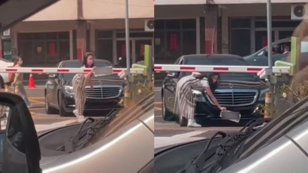 女駕駛辨識不到車牌竟當場拆掉。(圖/翻攝自爆廢1公社) 停車場辨識失敗 女駕駛「拆掉車牌」無助揮舞23秒