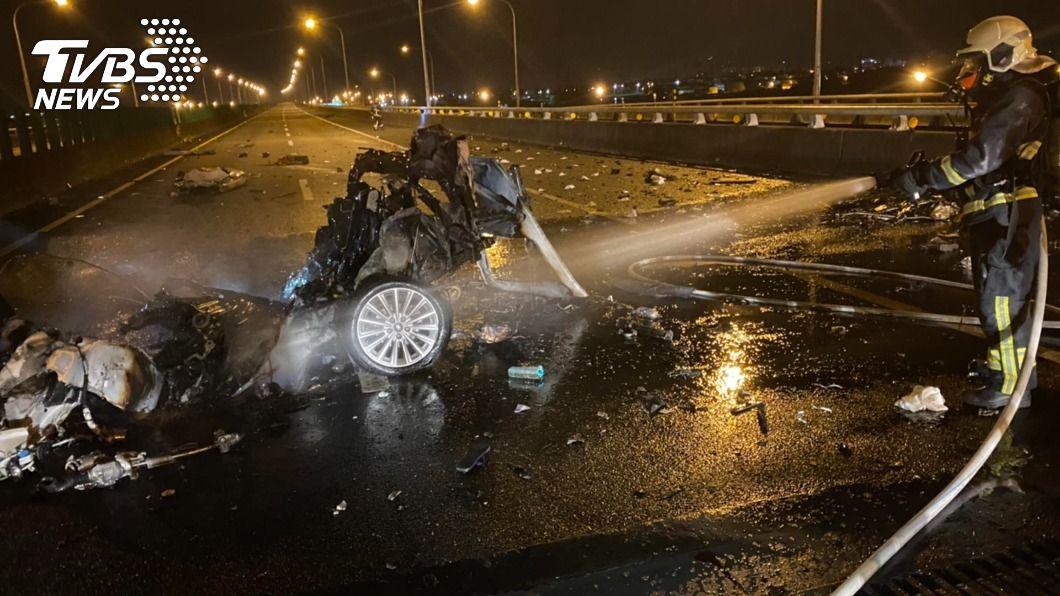 國5發生一起轎車自撞分隔島車禍。(圖/中央社) 國5自撞分隔島火燒車 男駕駛疑拋飛車外喪命