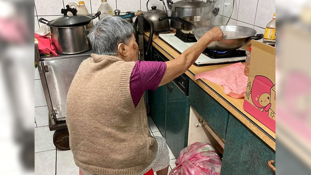 一名男子的90歲母親堅持為兒下廚煮手路菜。(圖/翻攝自爆廢公社公開版) 90歲母春節「駝背守爐」煮蛋腸 堅持為兒燒手路菜