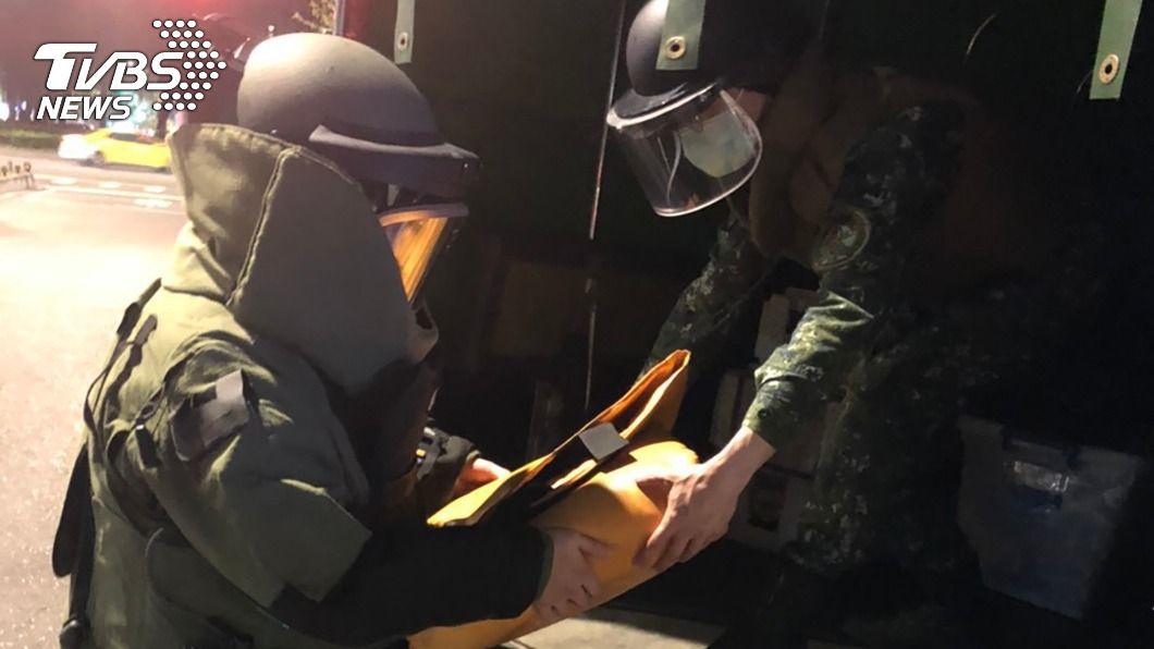 北市一名男子回收物時,發現未爆彈。(圖/中央社) 北市市區驚見未爆彈 警通報軍方帶回處理