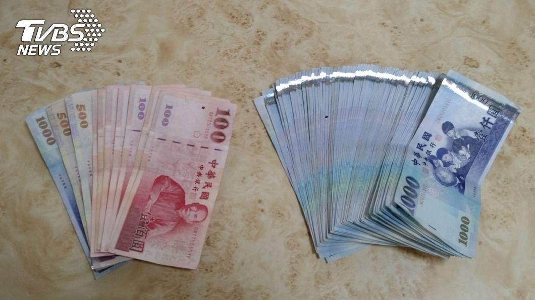 清潔隊在整理回收物時,發現近7萬現鈔。(圖/中央社) 資源回收物掉出近7萬現鈔 台南清潔隊員忙報案