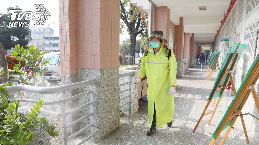 受到疫情影響,今天起大部分校園加強消毒。(圖/中央社) 中小學迎接開學加強消毒 教長期許疫情退散
