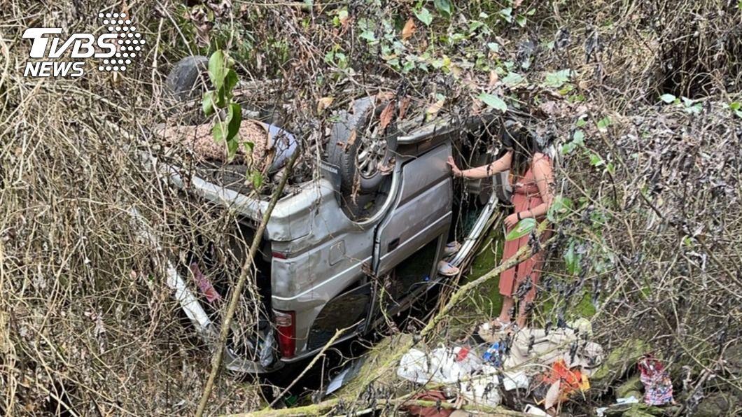 (圖/中央社) 出遊仁愛鄉精英村野溪溫泉 車輛墜邊坡釀6傷