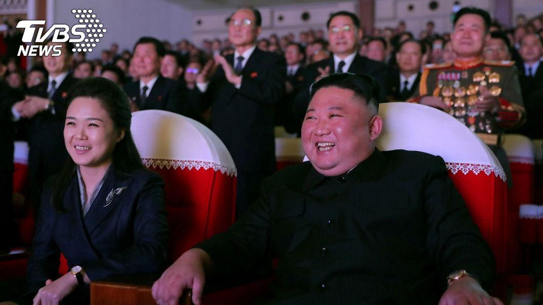 金正恩與妻子李雪主一同現身。(圖/達志影像路透社) 神隱逾一年 北韓第一夫人李雪主公開現身