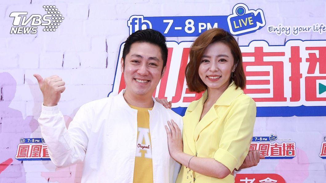 艾成、王瞳今(17)日出席新節目記者會。(圖/民視提供) 被醫師警告「暫緩生子計畫」 王瞳曝艾成8點就睡