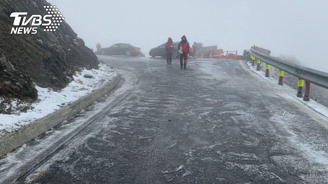 (圖/中央社) 合歡山清晨降冰霰 車輛行駛部分路段須掛雪鏈