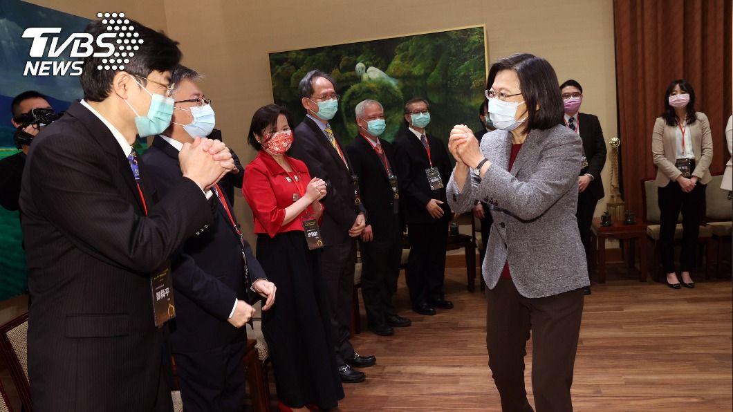 總統蔡英文接見生醫獲獎人。(圖/中央社) 接見生醫獲獎人 總統:外購研發確保台灣足夠疫苗