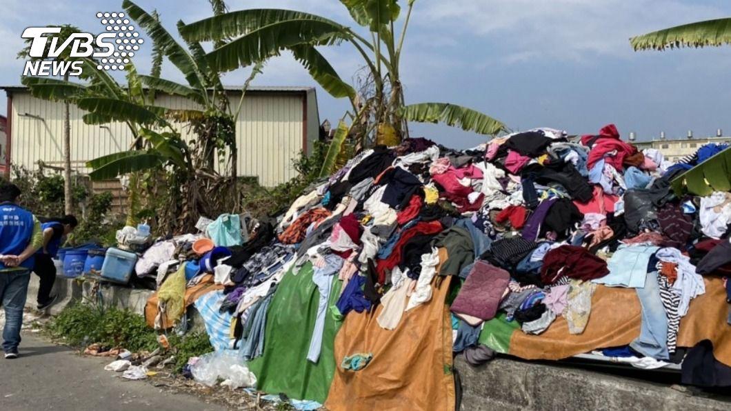 男子將超過4公噸的舊衣物隨意丟棄。(圖/中央社) 逮到了!男亂丟逾4公頓舊衣 最高將罰6000元