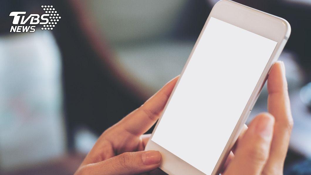近年手機設計的趨勢,令不少消費者感到不滿。(示意圖/shutterstock達志影像) 「不附充電頭」只居第二? 消費者評最反感手機設計排名