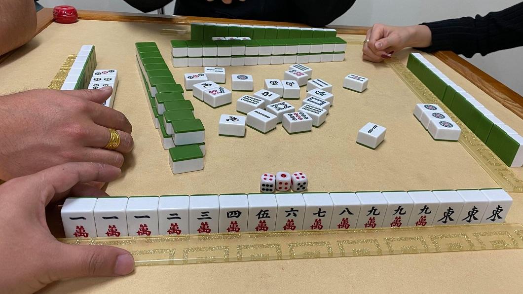 蔡姓男子日前和友人打麻將時,拿到俗稱「九蓮寶燈」的牌。(圖/蔡姓男網友提供) 打麻將拿到「九蓮寶燈」 網驚呼:沒胡衰10年
