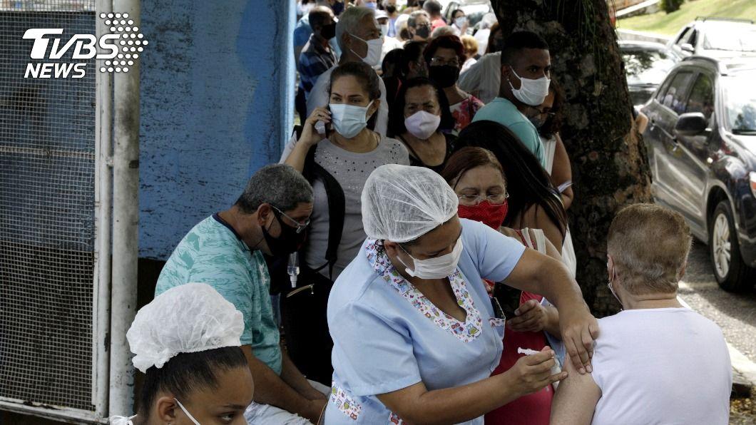 巴西民眾排隊等待接種疫苗。(圖/達志影像路透社) 巴西阿拉拉瓜拉新冠疫情嚴重 為全國敲響警鐘