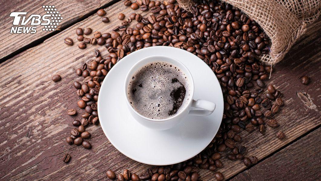 不少女生愛喝咖啡卻擔心咖啡因對乳房會有傷害。(示意圖/shutterstock達志影像) 喝咖啡增罹乳癌風險?名醫:此習慣才是危險因子