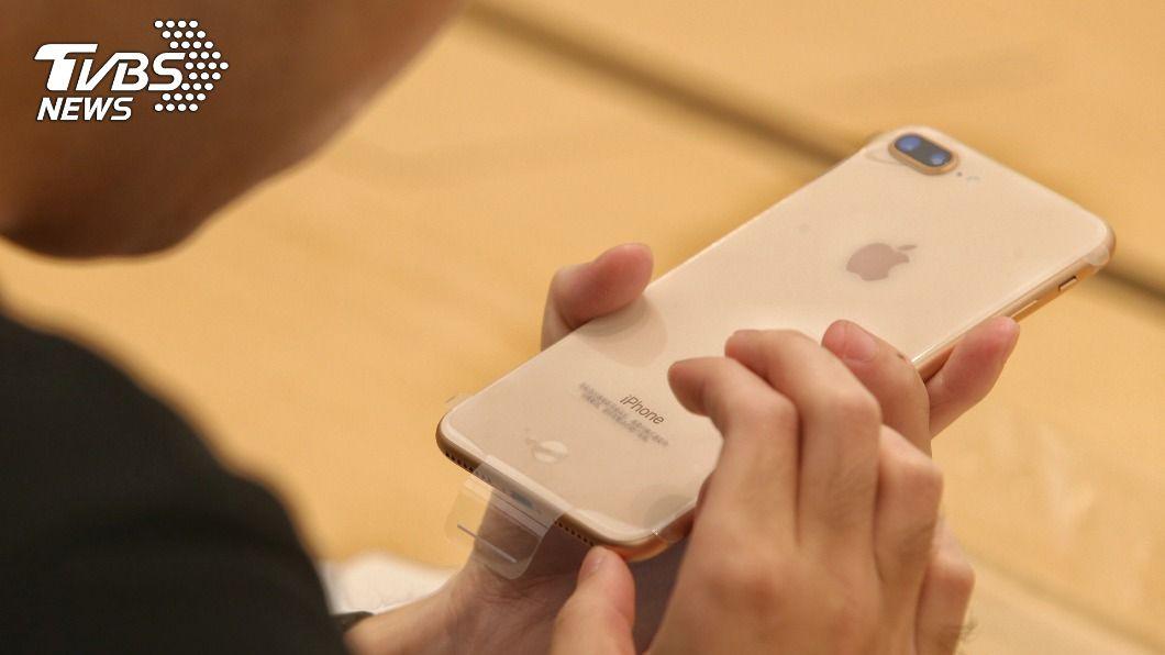 8指定款iPhone至台灣大哥大更換電池可享優惠價。(圖/中央社) 台灣大不限用戶 8款iPhone換電池990元