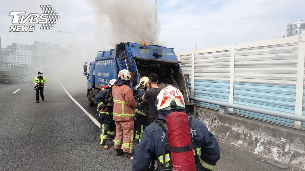 國道3號一處外側路肩發生垃圾車起火燃燒事件。(圖/中央社) 國3路肩垃圾車起火燃燒 新北消防馳援無人傷亡
