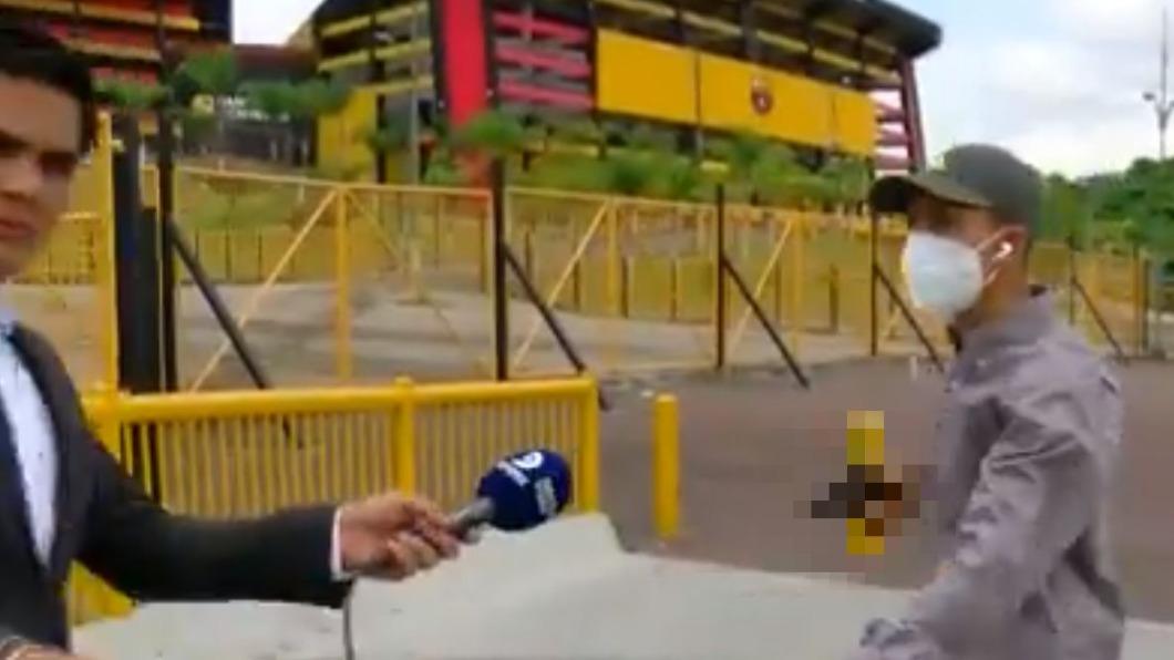 搶匪趁記者準備連線時衝出。(圖/翻攝自Diegordinola推特) 厄瓜多記者連線遭槍指頭 「嚇遞麥克風」曝驚險過程