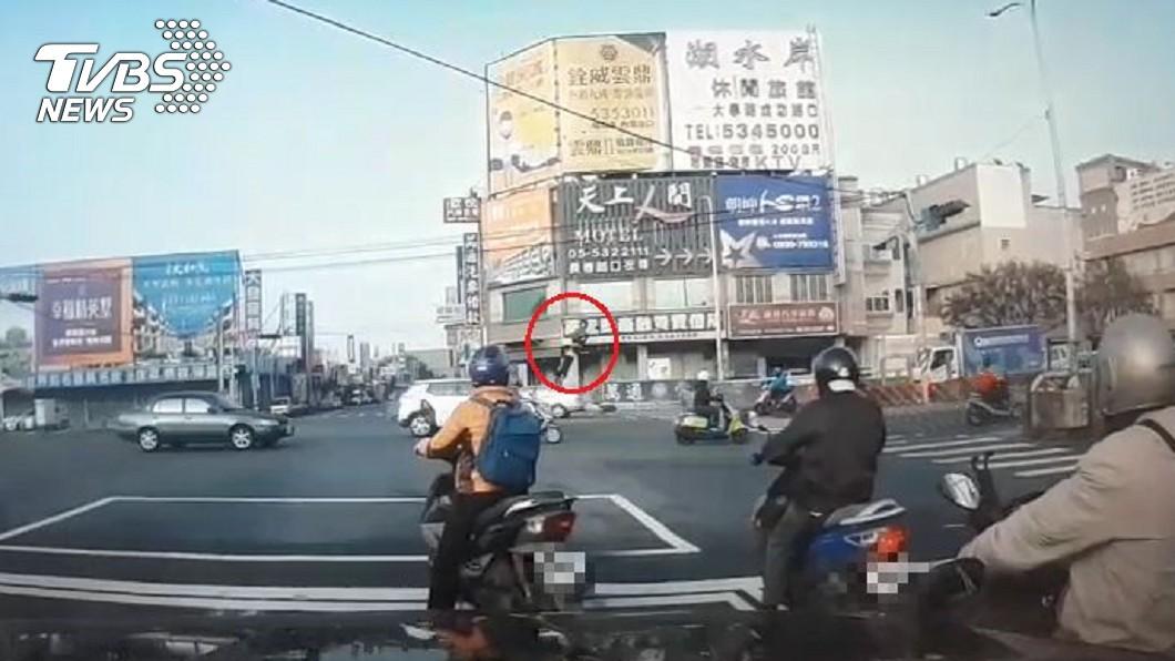 騎士噴飛20多公尺。(圖/TVBS) 恐怖駕駛「開工日晃神」撞2機車 騎士噴飛20公尺慘死