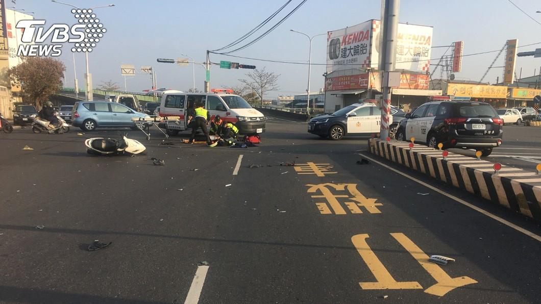 轎車高速衝撞2名停等紅燈的機車騎士,慘釀1死1重傷。(圖/TVBS) 女兒第一天上班等紅燈被撞飛 老父淚寫273字訴心聲