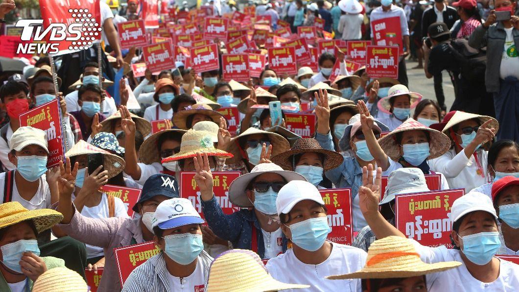 緬甸民眾發動示威抗議政變。(圖/達志影像美聯社) 國際紛對緬甸軍方祭制裁 政變反對派表歡迎