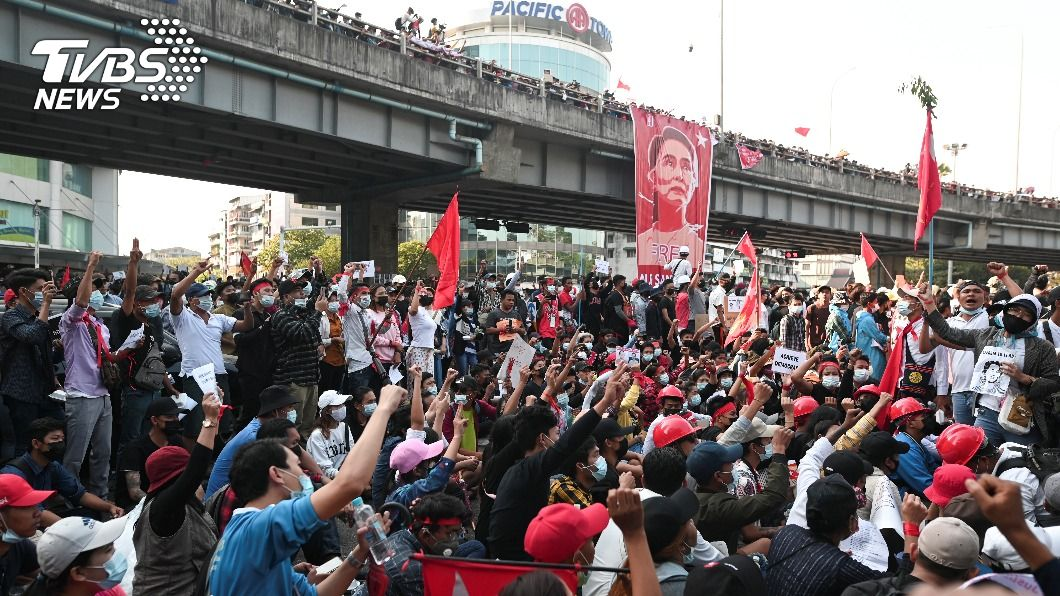 緬甸各地都有民眾發動示威。(圖/達志影像路透社) 緬甸抗議首名死者 1女子頭部中彈10天後不治