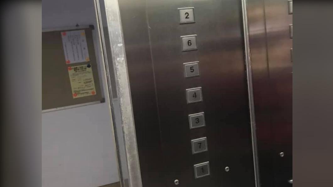 大樓內電梯的按鈕設計相當特別。(圖/翻攝自爆廢公社二館臉書) 外送員上樓見電梯「神設計」秒愣 網笑:開眼界了