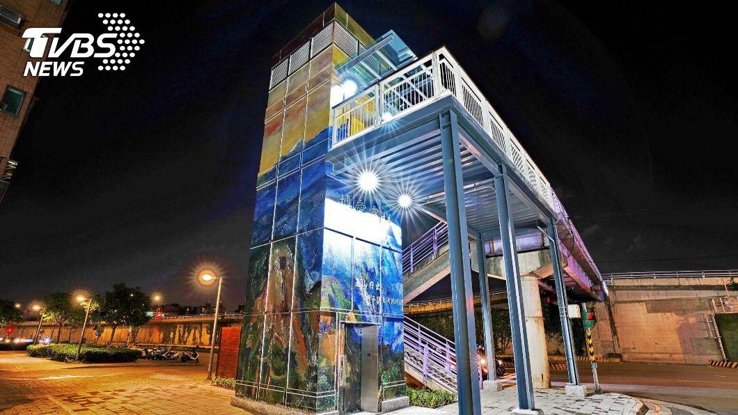 新北永和博愛陸橋電梯啟用。(圖/中央社) 永和跨堤博愛電梯友善老幼 台名家楊三郎畫作點妝