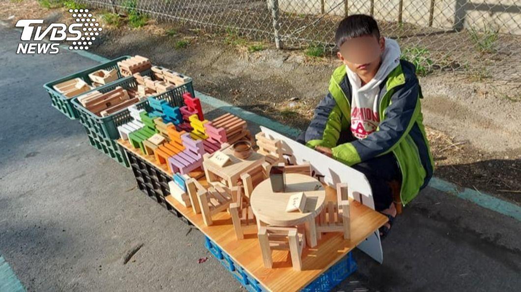 台南一名小四男童熱愛擺攤,享受賺錢樂趣。(圖/吳爸爸授權提供) 男童愛擺攤被誤會「受虐兒」 父無奈被約談:別再檢舉了