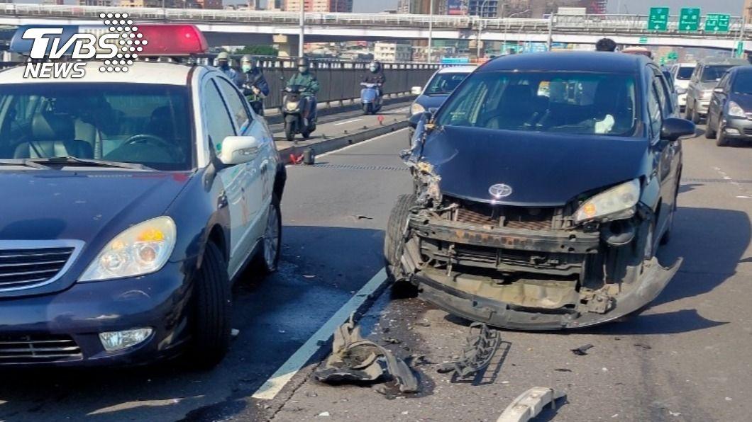 警用巡邏車遭轎車衝撞。(圖/TVBS) 警奔華江橋處理事故 車停外側遭撞凹「肇事駕駛濺血」