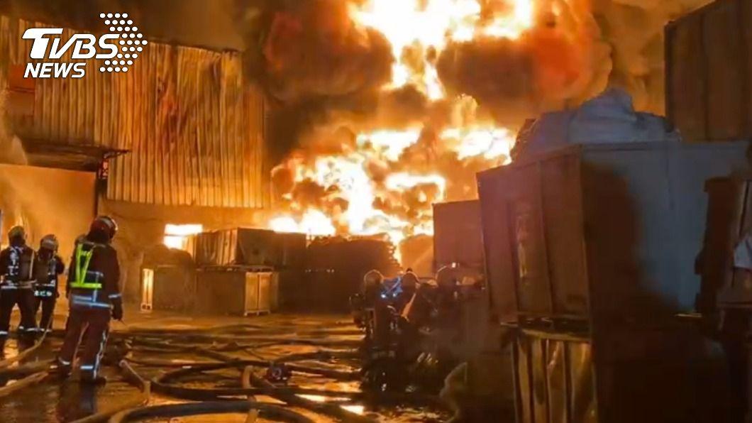 台中市后里區一間橡膠工廠因放置橡膠管理不當產生自燃。(圖/中央社) 橡膠工廠大火濃煙直竄天際 中市府依空污法開罰