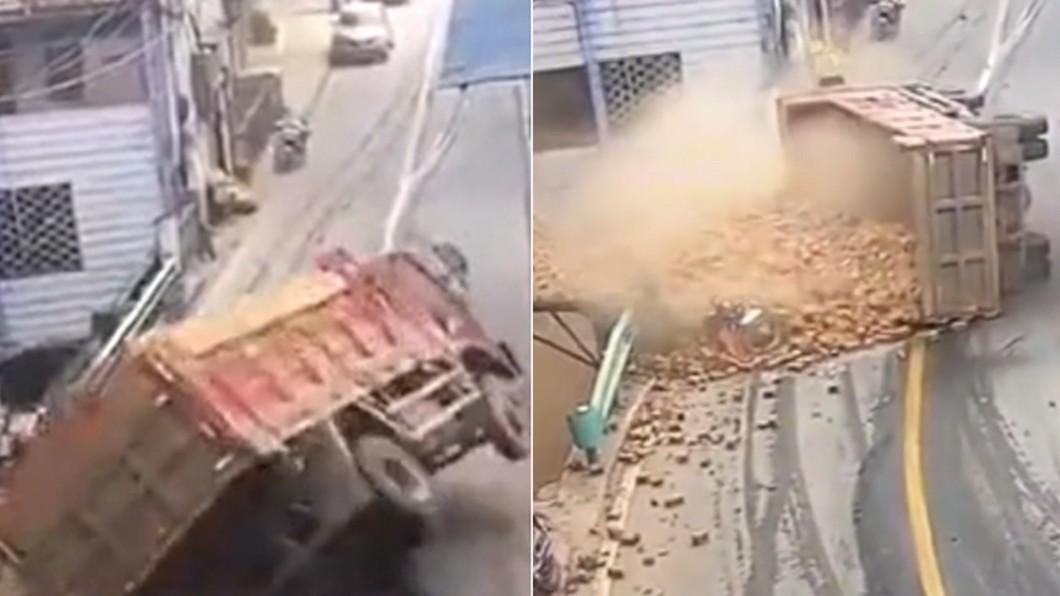 載滿磚頭的大貨車失控翻覆。(合成圖/翻攝自新京報) 陸貨車急彎翻覆 「滿滿磚頭」瞬間砸落壓死路人
