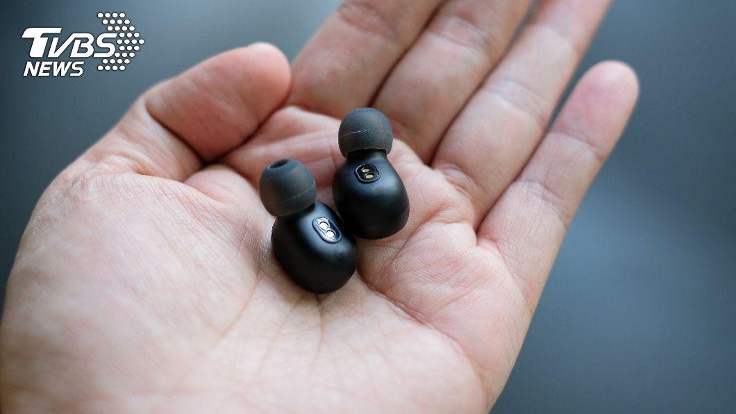 女子戴降噪耳機運動時發生意外。(示意圖/shutterstock 達志影像) 戴「降噪耳機」聽不見巨響 星國女晨跑遭樹活活砸死