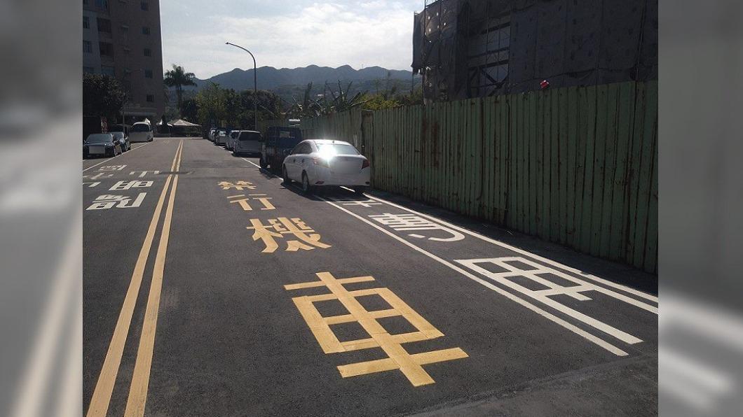 網路瘋傳一張金山道路照,機車騎士完全無路可走引起熱議。(圖/翻攝自爆怨公社) 機車道遭違停「旁邊也禁行」 網暴怒:是要飛過去?